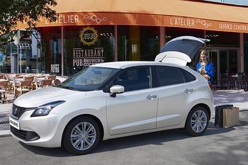 Suzuki Baleno mit offener Kofferraumklappe