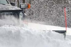 Mit Schneepflug und Streugerät ist der Suzuki Jimny bestens für die Schneeräumung gerüstet.